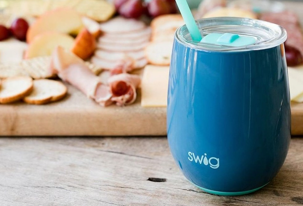 Swig tumbler with lid and reusable straw.